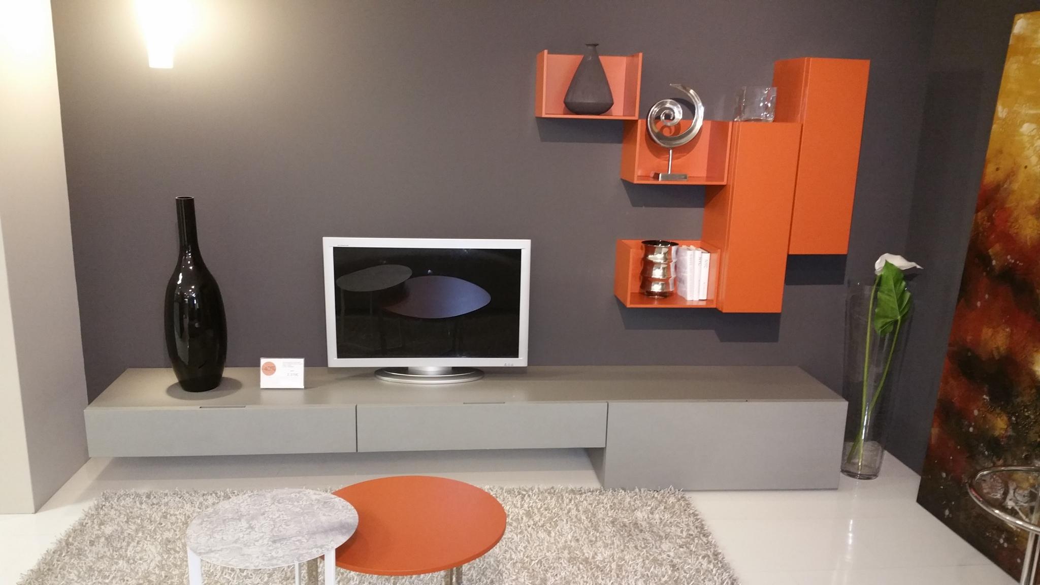Parete soggiorno ecomalta e laccato arancio - Casa Ingross