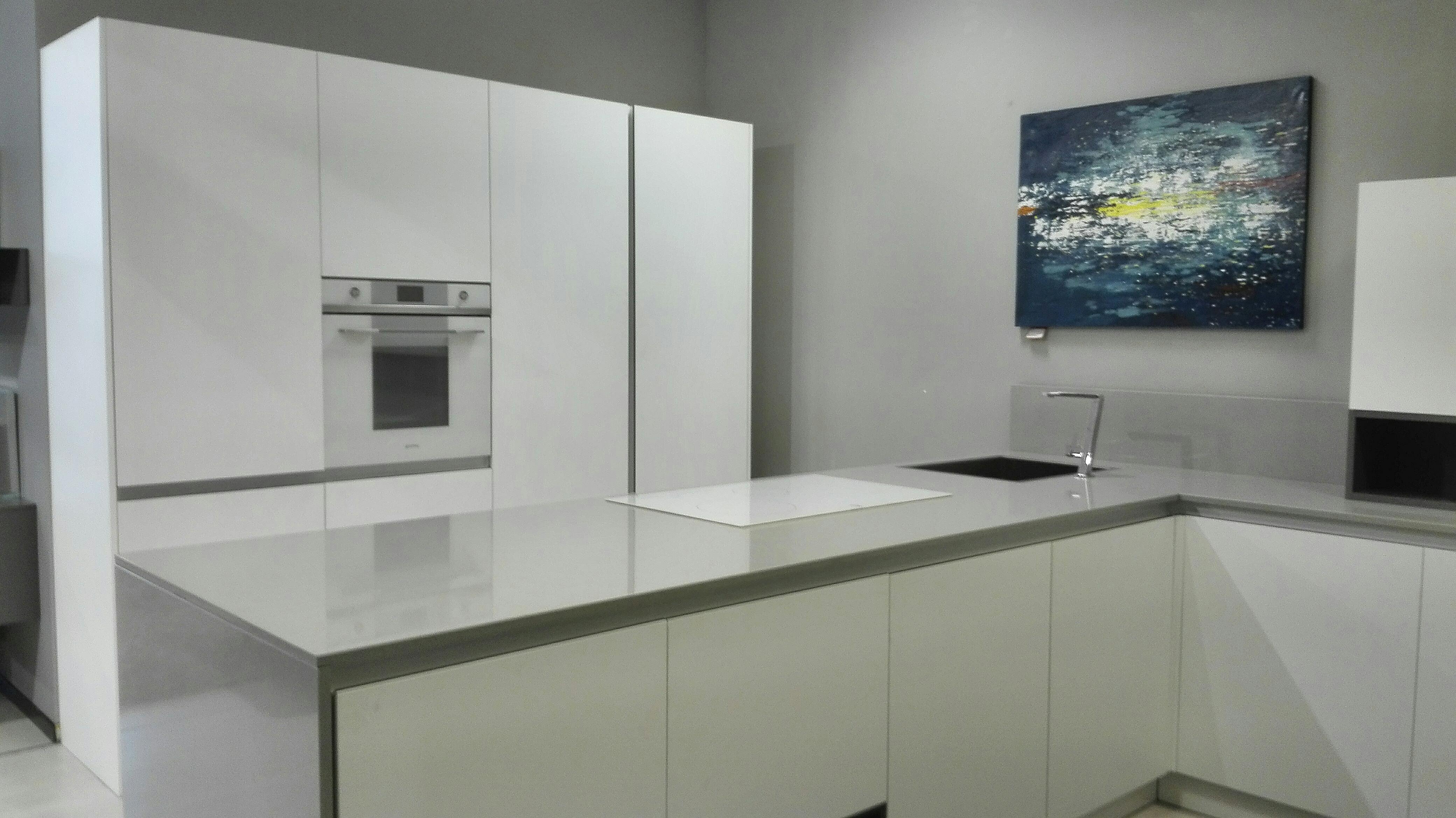 Cucina Kalì by Arreo3 bianco opaco, gole grigio, piano Okite completa di  elettrodomestici