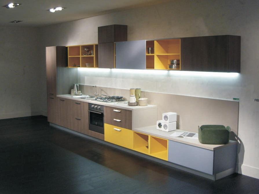 Cucina touch by snaidero con inserto giallo visma arredo for Visma arredo outlet