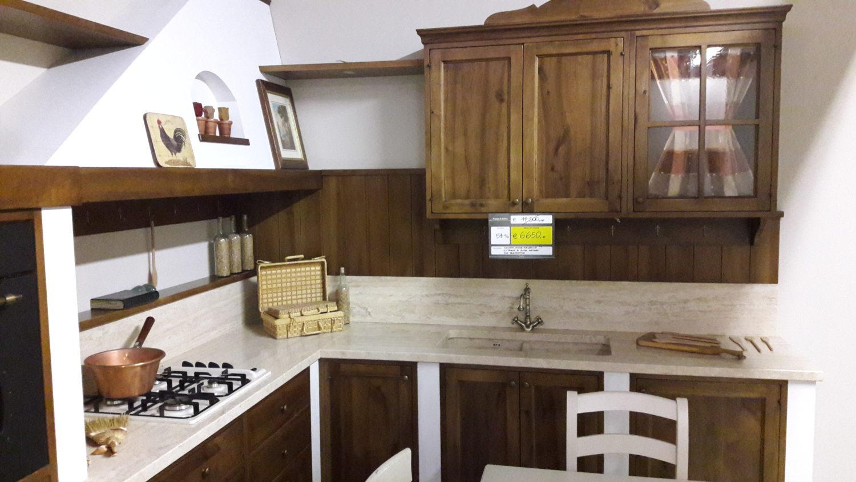 Cucina classica in noce massello e top travertino